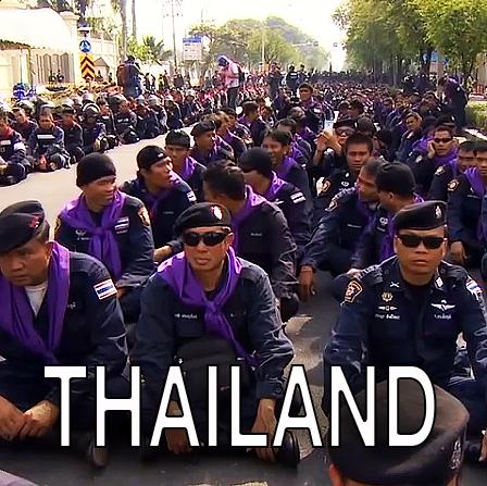 Thailändische und italienische polizei legt die kfausrüstung ab