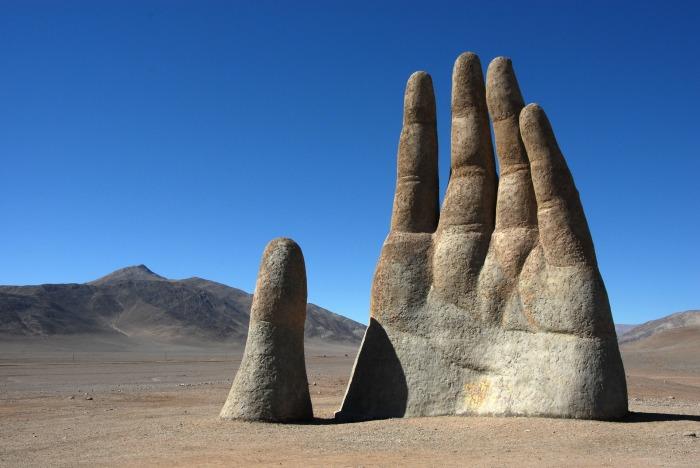 Mano del Desierto ist eine 1992 geschaffene, 11 m hohe Eisen- und Zementskulptur von Mario Irarrázabal in der Atacamawüste. Die Skulptur steht auf einer Höhe von 1000 m ü. M. unweit der Stadt Antofagasta im Norden von Chile. Sie mahnt, mit den Umweltsünden aufzuhören, damit die Erde nicht überall zu einer Wüste wird. Finanziert wurde sie von der lokalen Förderorganisation Corporación Pro Antofagasta. Seit ihrer Einweihung am 28. März 1992 ist die Skulptur zu einem Anziehungspunkt für Touristen geworden, die auf der Route 5 fahren, die Teil der Panamericana ist.